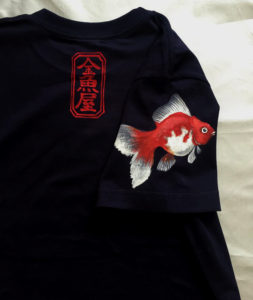 琉金 金魚柄 手描きTシャツ ネイビー