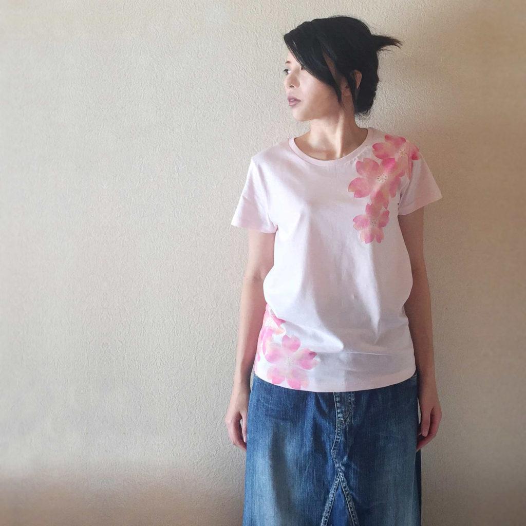 レディース 舞桜柄Tシャツ 手描きで描いた和風の桜の花柄Tシャツ