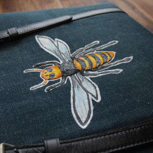 バッグに手描きで蜂の柄のオーダー。