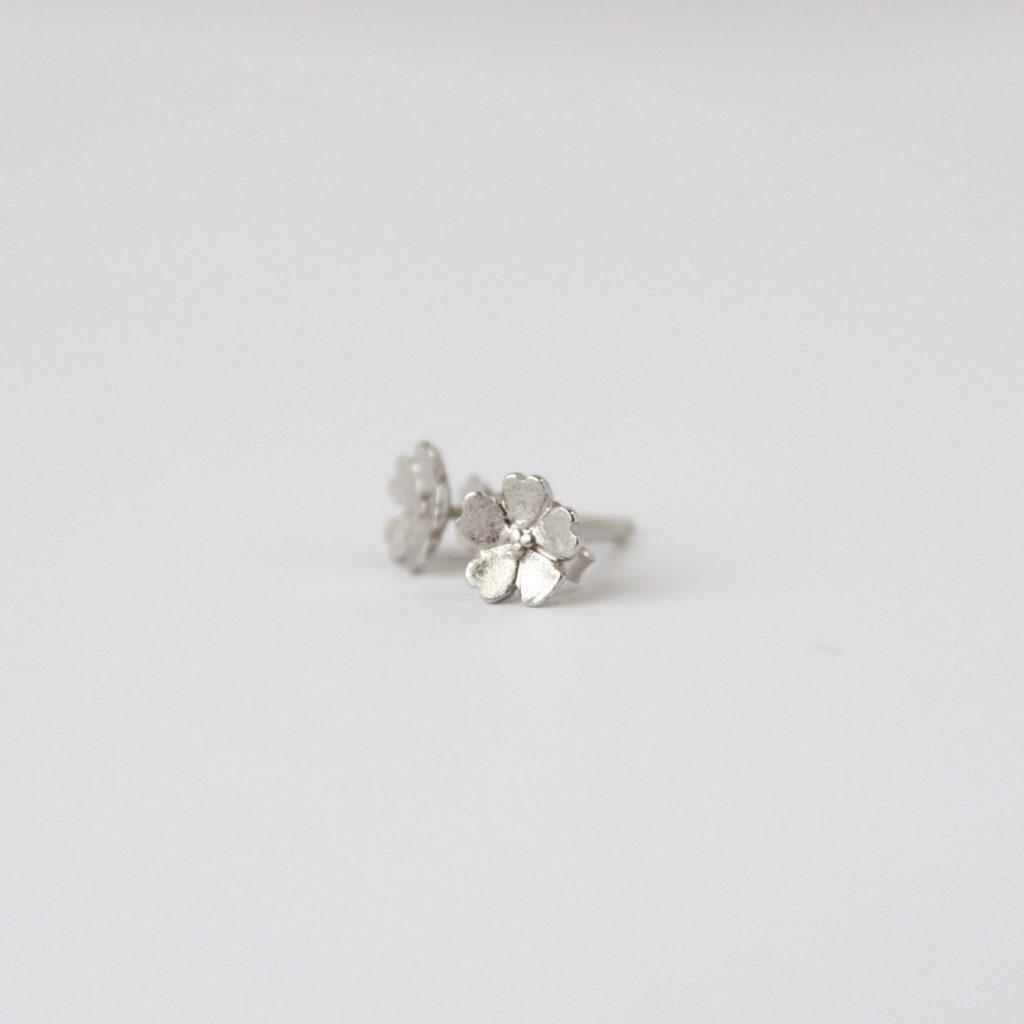 小さな桜の花のシルバーピアス。