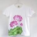 レディース手描き名入れ蓮の花柄Tシャツ。