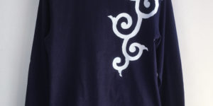 手描き唐草柄袖リブロングTシャツ ネイビー